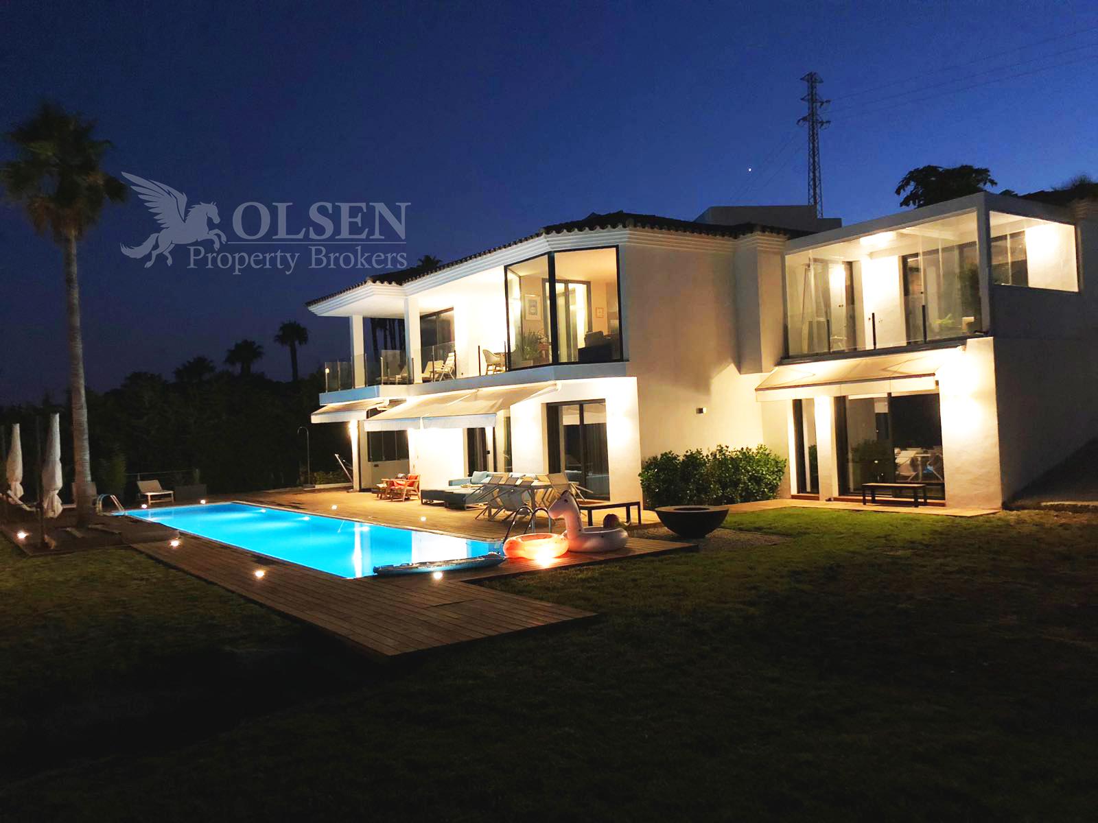 Moderna Villa con vistas panorámicas al mar en Estepona – Malaga